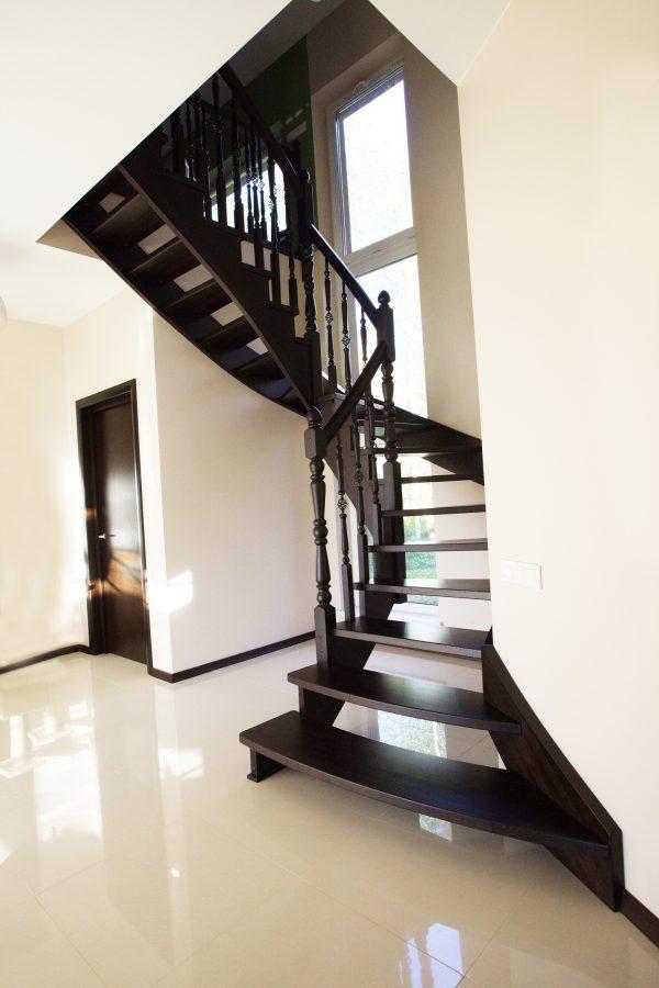 Klasiskās kāpnes Legartis.Koka detaļas-osis.