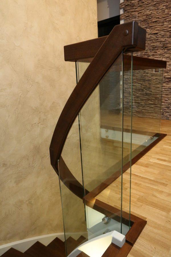Modernās kāpnes Legartis.Koka detaļas-osis.Margas-rūdīts stikls.