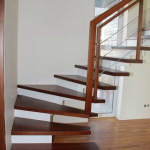 Modernās kāpnes Legartis.Koka detaļas-osis.Pamatne-dzelzbetons.