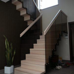 Modernās kāpnes Legartis.Koka detaļas-osis.Pamatne-dzelzbetons.Margas-rūtīdais stikls.